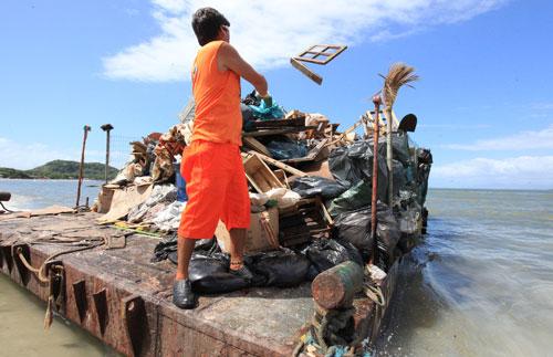Em apenas 15 dias, 140 toneladas de entulhos são retiradas da Ilha do Mel