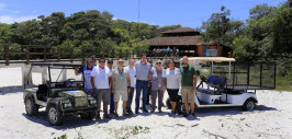 Ilha do Mel recebe novos carrinhos elétricos para coleta de lixo