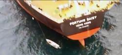 Bombeiros realizam salvamento de embarcação